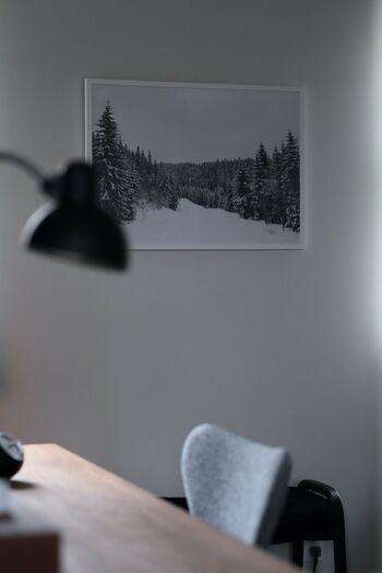 家具でも雑貨でも、お部屋の主役になるインテリアを一つ決めると、コーディネートがしやすくなります。ソファやテーブル、椅子でもいいですし、壁に大きめのアートやポスターを飾ってもいいでしょう。