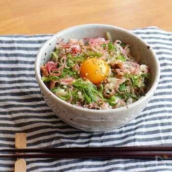 サバの味噌煮の缶詰を使うのでとっても簡単!缶詰のサバをほぐして、マヨネーズと玉ねぎ、薬味を和えてごはんにのせ、卵を落とせば出来上がり。簡単なのに本格的な美味しさです。青魚のサバはDHAやEPAが豊富で栄養も抜群!