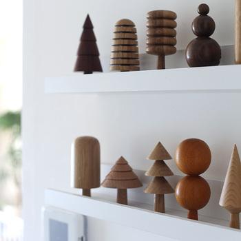 木や陶器、金属など、同じ素材の雑貨は近くに集めて飾ると、ディスプレイがしやすいです。小物なら、同じシリーズをまとめて買ったり集めたりするのもおすすめ。