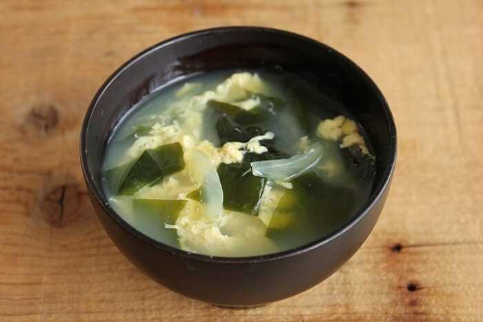 何かもう一品欲しい時に作りたい玉子スープ。玉ねぎとワカメを入れればボリュームも栄養価もアップします!こちらも中華だしの素を入れれば完成の簡単レシピです♪