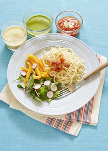 ソースと一緒に食べる、冷製つけパスタ。トマトたっぷりの赤、カルボナーラ風の白、ジェノベーゼ風にした緑の3色のソースで味変しながら楽しめます。3色をそのまま食べてもよし、混ぜ合わせてもOK◎パスタ以外の麺で作っても美味しそうですね。