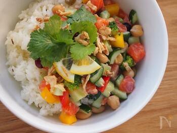 色とりどりの夏野菜を使ったエスニック風の丼は、サーモンやミックスビーンズも加えて味わい豊かに。ナンプラーやクミンシードを加えて、スパイシーで本格的な味わいに仕上げています。