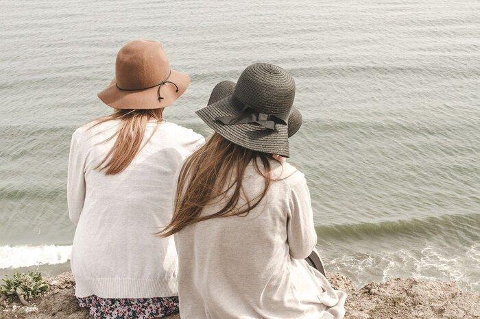 「私たちって似ているね」と感じていると、何かと同じことにこだわることもあります。自分が持っているものを相手が良いと思って、同じものを買ってきたり、とにかくお揃いにしたがるようになりやすいです。1つや2つなら気になりませんが、なんでも一緒というのは違和感があり、居心地の悪い友達に変化するかもしれません。