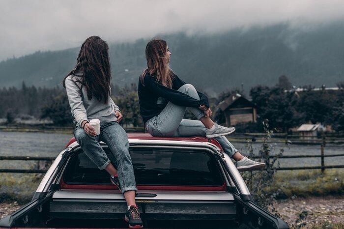 友達だからといって常に会話をしていなくてはいけない、ということでもないんです。時には無言で隣同士で雑誌を眺めている…なんてことがあっても、不思議と気まずさはありません。会話がなくとも、同じ空間にいるだけで安心感があると思えます。