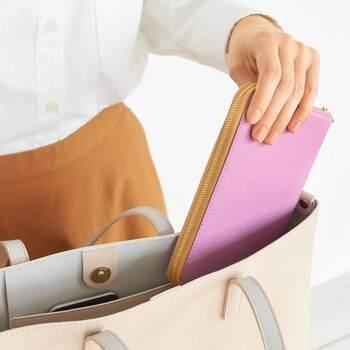 抗磁力の高い特殊シートを内蔵したシンプルな通帳ケースです。通帳用のポケットは2室で最大6冊の通帳が入ります。カードは4枚収納可能で、厳選したものを持ち歩きたいときにおすすめです。