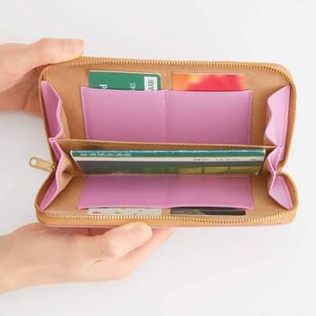 大人の女性によく似合うピンクラベンダーが、内側のポケットにも採用されています。  【この商品のポイント✓】 □通帳の収納︓最⼤6 □カード収納︓4 □⽣地︓合成⽪⾰ □磁気遮断加⼯︓〇