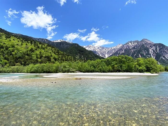 猛々しい山々と清流が織りなす風光明媚な景色が広がる上高地は、中部山岳国立公園の一部に属しており、国の特別名勝、特別天然記念物にも指定されています。