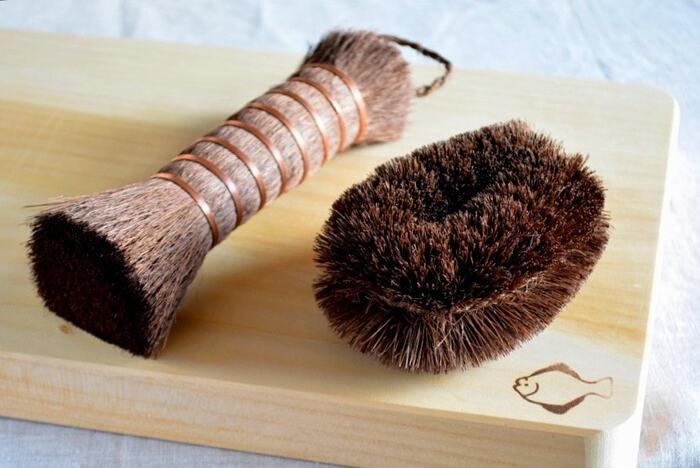 ◆シュロ:強度と柔軟性のどちらもあり、繊維のコシで汚れを払い飛ばす洗い方が得意です。目が細かく、繊維の先が細いので、奥まで入り込んで洗えます。シュロは、ブラシ型のタイプ(画像左側)も人気がありますよ。
