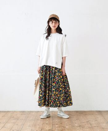 シンプルなオーバーサイズTシャツは、柄スカートがよく映える!スリットの入ったオーバーサイズTシャツは、Aラインスカートのふんわりしたシルエットと自然にマッチしてくれます。