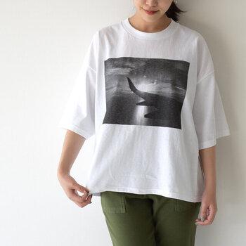 こちらは身幅が大きめ。先ほどのTシャツよりも肩のラインが落ちているのが分かります。その分、丈を短くしてスッキリまとめているので、組み合わせやすい◎