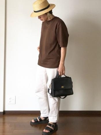 こちらはメンズサイズのTシャツをオーバーサイズ風に着こなしたコーデ。クールなアイテムと合わせ、メンズライクにまとめています。大きめのピアスがコーデのポイント!