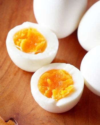"""ゆで卵を加えた卵かけご飯は""""兄弟丼""""というそうです。刻んだ固ゆで卵を調味料であえた具を、卵かけご飯にのせたもの。ゆで卵の代わりにピータンを使い、沢庵やザーサイを加えると、中華風の卵かけご飯に。"""