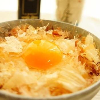 定番だけれど、「鰹節」も外せません。鰹節の旨味と醤油の風味。日本人はやっぱりコレ。醤油の代わりに塩を使い、オリーブオイルを加えると和風でイタリアンな卵かけご飯にも。