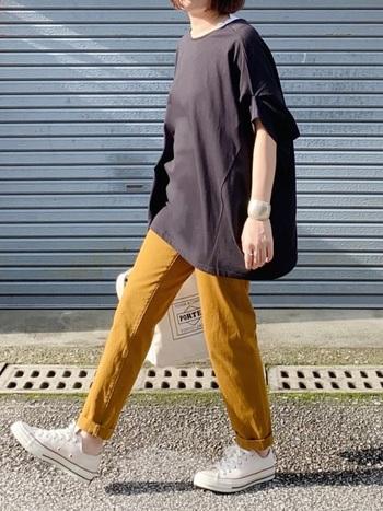 ベーシックなパンツスタイル。無地のシンプルなオーバーサイズTシャツには、カラーパンツを合わせると季節感のあるコーデになります。
