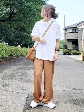 いつもより大きめサイズのユニクロのTシャツを使ったコーデ。カジュアルな休日スタイルにおすすめです。上品なサテンパンツと合わせて、大人っぽく◎