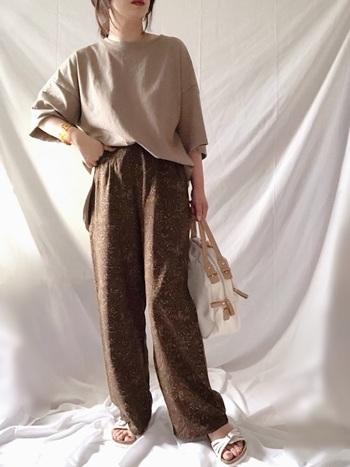 存在感のあるペイズリー柄パンツも、同系色でまとめることを意識すれば、おしゃれに着こなせる!ストレートパンツは、オーバーサイズTシャツとも相性抜群です。