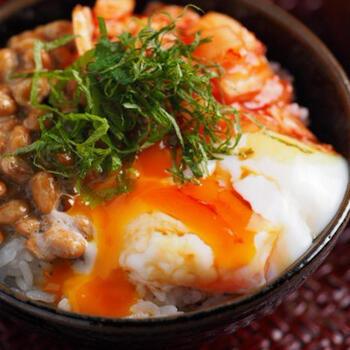 韓国のキムチや、爽やかな梅干しなどもおすすめの漬物。さまざまな栄養を摂るためにも、プラスしたい食材です。