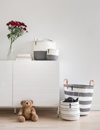 家具は、基本的に床の色に合わせて選ぶと違和感が少なくなります。特に木製家具は、フローリングの色味に合わせると馴染みやすいです。とはいえ、賃貸のお部屋などでは難しいこともあるので、家具と床の色をなじませる工夫をしましょう。ラグを敷いて床が見える面積を減らし、床と同じ色の雑貨をお部屋にも取り入れると馴染みやすくなります。
