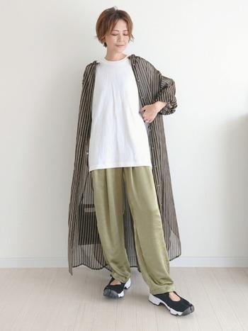 羽織ものは、ロング丈がしっくりきます。オーバーサイズTシャツのゆったりした印象を損なわないよう、軽やかな色や素材のアウターを合わせるのがおすすめです。