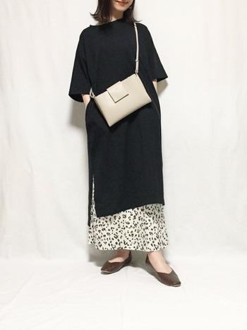 こちらは、オーバーサイズTシャツワンピース×スカートのコーデ。黒のオーバーサイズTシャツワンピースは、1枚だけで着るとかなり存在感が出るので、小物などと同カラーのボトムスと組み合わせるのがおしゃれに着こなすコツです。