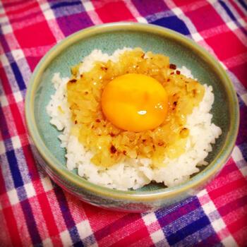 たとえズボラ飯として作る卵かけご飯でも、アンチョビを加えることで味がグレードアップ。手抜き感のない美味しい卵かけご飯になります。ガーリックやオニオンの風味も味わいを深めます。
