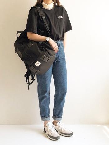 スポーツブランドのオーバーサイズTシャツは、デニムと合わせるのが定番です。靴はスニーカー、バッグはリュックで決まり!首元からチラっと見えるレーストップスが大人かわいいエッセンス◎