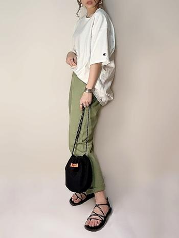 カラーのストレートパンツと合わせたシンプルな組み合わせ。大人の女性が挑戦しやすいオーバーサイズTシャツのコーデです。上品なアクセサリーとサンダルを取り入れるだけで、一気に大人顔コーデになります。