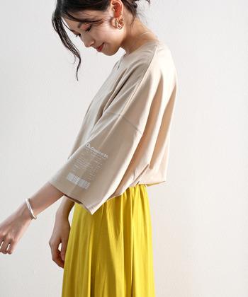 肩のラインが残るようなしっかりした素材のオーバーサイズTシャツは、肩を実際より大きく見せてしまいがち。やわらかく肩のラインに自然に馴染むような素材なら、肩幅を強調することなく、肩が落ちたデザインでも自然に着こなせます。