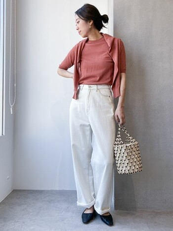 アンサンブルはインナー選びに迷うこともないので、忙しいママたちの時短コーデとしても便利です。夏らしい半袖デザインは、重ね着でもスッキリとした着こなしに仕上がります。