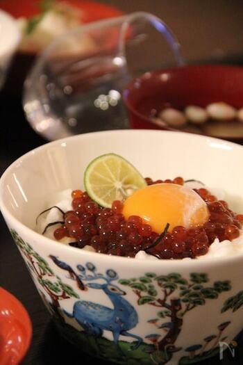 イクラやすじこも卵に合う魚卵。この写真では贅沢にイクラが使われていますが、ほんの少しのせるだけでもいつもとは違う味が楽しめます。