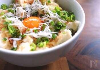 しらすとともに、水切りした豆腐を加えるのもおすすめ。朝食で食べるなら、前夜のうちにザルなどに入れて冷蔵庫で水切りしておくといいですね。