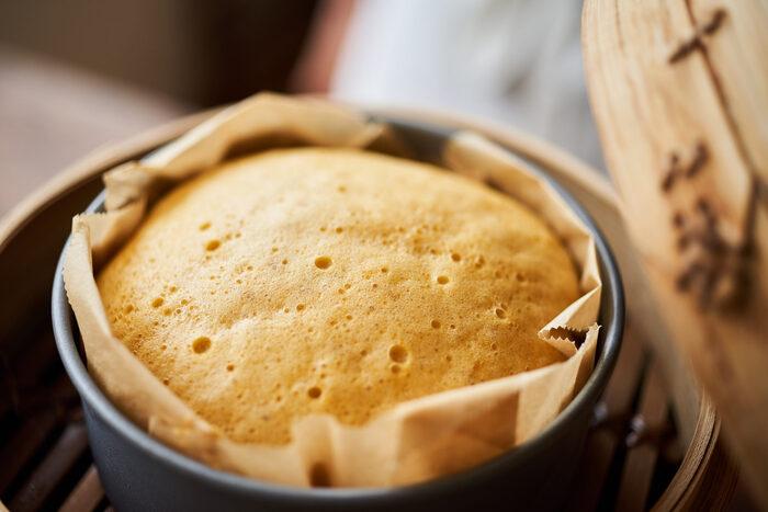 蒸篭はおかずだけでなくパンやお菓子作りにも活用できます。例えば、このレシピでは中華風蒸しパン「マーラーカオ」が簡単に作れます。 卵、豆乳、はちみつなどを混ぜたら、薄力粉、ベーキングパウダー、きび砂糖をふるい入れ、クッキングシートを敷いた型へ。しっかり湯気の上がった蒸篭で30分ほど蒸すだけです。蓋を開ければ、丸々ほかほかのマーラーカオが。蒸篭ならではの楽しい瞬間ですね。優しい甘みとしっとりした食感で、おやつにも朝ごはんにもおすすめの一品です。
