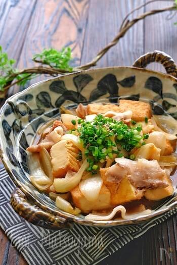 豚バラ薄切り肉、絹厚揚げ、玉ねぎの煮物もレンジで簡単に調理できます♪玉ねぎに下味をつけてから、材料を全てあわせて加熱することで美味しく仕上がります。レンジから出した後一度冷ますと、味が染みてより本格的な味わいを楽しめます。