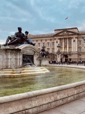 王位に即位しジョージ6世になったアルバートは、現在のエリザベス女王陛下のお父さんです。ジョージ6世はライオネルの療法により吃音症を克服し、ほとんどつかえることなくスピーチできるようになりました。国中、いや世界中にも届くスピーチをするなんて、ただでさえ想像を絶するプレッシャーですよね。ジョージ6世を支えた友・ライオネルとの交流は、生涯続いたそう。佳境のロングスピーチは自然と涙が溢れる圧巻のスピーチです。