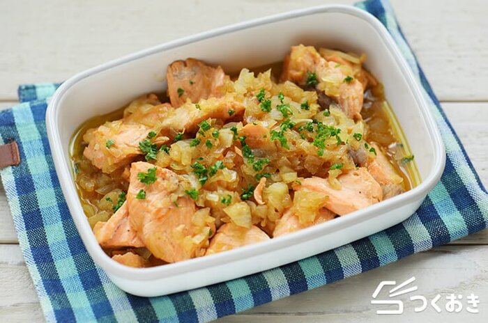 冷めても美味しい、鮭のたまねぎ煮込み。玉ねぎと鮭に火を通したら、ポン酢、みりん、しょうゆで味付けして煮込みます。