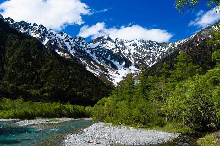 河童橋の上からは、盛夏でも冠雪している日本で3番目の標高を誇る奥穂高岳を主峰とする穂高岳連邦を臨むことができます。