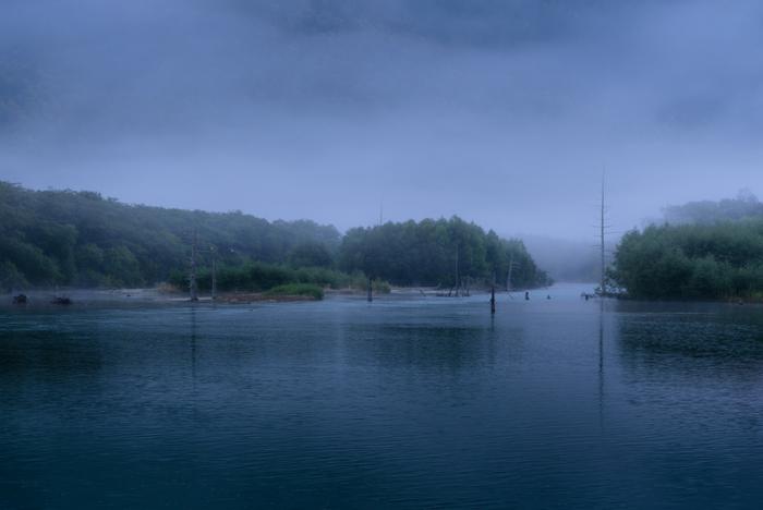 しんと静かな水面、立ち込める朝霧、立ち枯れの樹々……。大正池の独特で幻想的な景観美を眺めていると、この池に引き込まれそうな畏怖の念が湧きあがってきます。かつて、登山家で作家の板倉勝宣が「山と雪の日記」の中で、大正池を「魔の池」と綴った理由が少しだけ解るかもしれません。