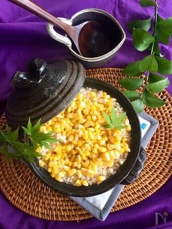 とうもろこしの甘さや香りをとことん楽しむなら、ぜひ土鍋で炊き込みごはんに。 こちらのレシピでは、塩ではなく塩麹を使ってさらに風味をアップ。よい出汁が出るので、芯ごと炊くのがおすすめです。土鍋は保温性も高いので、おひつがわりにそのまま食卓に出せるのもいいですね。