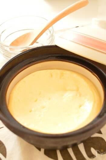 土鍋はおやつ作りにも活用できます。特に人気なのは、気持ちも盛り上がる、まるっと一鍋で作るプリン。 作り方も簡単です。例えば画像のプリンは牛乳、卵、砂糖、バニラエッセンスをざるで濾し、10分弱火にかけた後じっくり蒸らし、冷ますだけ。すが入らないように、ごく弱火でゆっくり加熱することがポイントです。