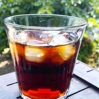 時間を掛けて丁寧にドリップしたアイスコーヒーは、いつもよりずっと美味しく感じられるはず。お気に入りのコーヒーツールに囲まれて、本格的なおうちカフェ気分を味わえます。コーヒーを抽出したら、たっぷりの氷を使ってすぐに急冷するのが美味しく仕上げるポイントです。
