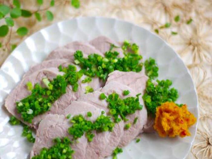 炊飯器の保温機能を使った低温調理のレシピです。パサパサしないしっとり美味しい塩豚が、専用の調理器なしでチェレンジできちゃいます♪肉の旨味をしっかり引き出すので、味付けは塩と酒のみ。作り置きもできて、おつまみにもぴったりです。