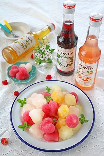 水で割ったシロップ液にカットフルーツを型に入れて凍らせるだけの簡単レシピ。シロップやフルーツの組み合わせもさまざまで、いろいろなフレーバーで楽しみたいですね!