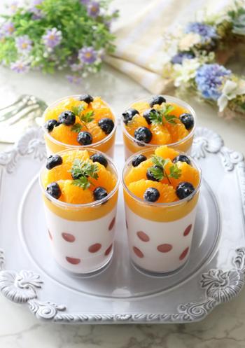 ポップなカラーと水玉模様がかわいい、カシスシロップを使ったムースとオレンジゼリー。ドット部分は、丸くくり抜いたカシスシロップゼリーをカップの内側に張り付けて作ります。ゼリーの味やフルーツの組み合わせをアレンジしても◎