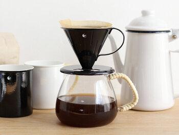 モノトーンカラーのドリッパーは、スタイリッシュなカフェアイテムとしてシーンを引き締めてくれます。琺瑯製で匂いが付きにくく風味も損なわないため、コーヒー本来の香りを楽しめるのも特徴です。