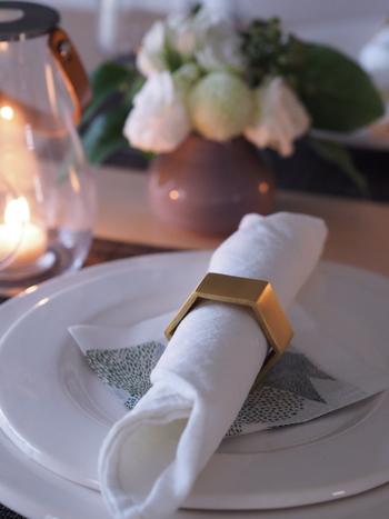 ヘキサゴン型ナプキンリングも、マットゴールドで趣があって素敵です。 パーティーやハレの日の食事が楽しみですね。