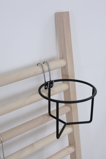 こちらは、お気に入りの植物を壁にピン留めしたり、引っ掛けたり吊るしたりできる、ワイヤー プラントホルダー。 アイアン製でシックなカラーが揃います。