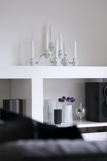 モダンなシェルフの上で一際目を惹くキャンドルホルダー、THE MORE THE MERRIER Candlestick。 躍動感のあるユニークなフォルムは、自分で好きなだけ連結して、好みの形に作れるようになっています。