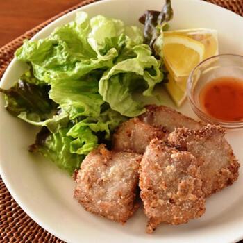 コリアンダースパイスと、チリソースで食べるエスニック唐揚げです。ちなみにコリアンダースパイスは、個性的な香りのする葉ではなく種子の部分を使用しているので柑橘系の爽やかな風味。ナンプラーやにんにくでつけ込んだ豚ヒレ肉とよく合います。