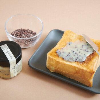 そんな専門店が手掛けたミルクジャムは、かりっとしたカカオニブがちりばめられているのが特徴です。トーストやクロワッサンに塗ったり、チーズやフルーツに添えたり、さまざまな用途で使用できます。