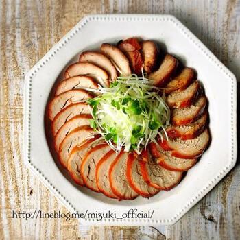 豚ヒレで作る焼豚はとってもヘルシー!たくさん食べても罪悪感がありません。調味料につけて一晩寝かせ、焼くだけの簡単レシピです。作り置きしてラーメンのトッピングにしたり、刻んでチャーハンに入れても◎